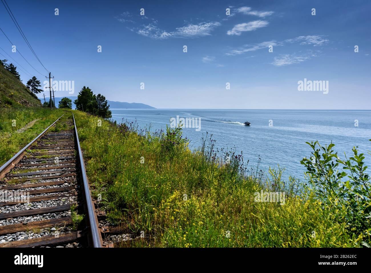 Circum-Baikal railroad sur la côte du Lac Baïkal. Banque D'Images