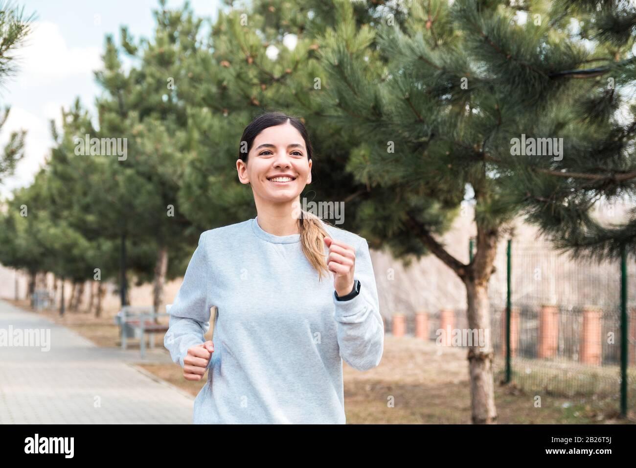 un style de vie sain. une jolie femme enjouée dans le parc avec des pins le matin Banque D'Images