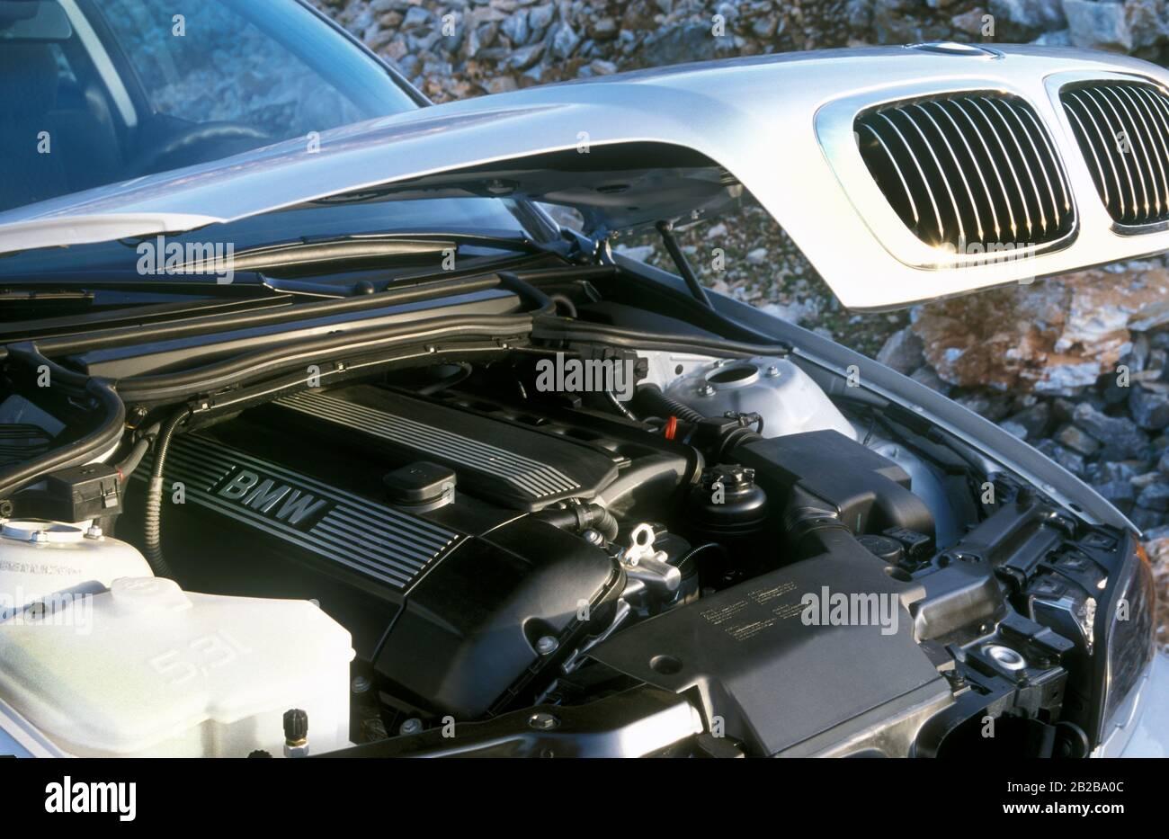 Moteur six cylindres en 1999 BMW 328 Ci conduite en Espagne Banque D'Images
