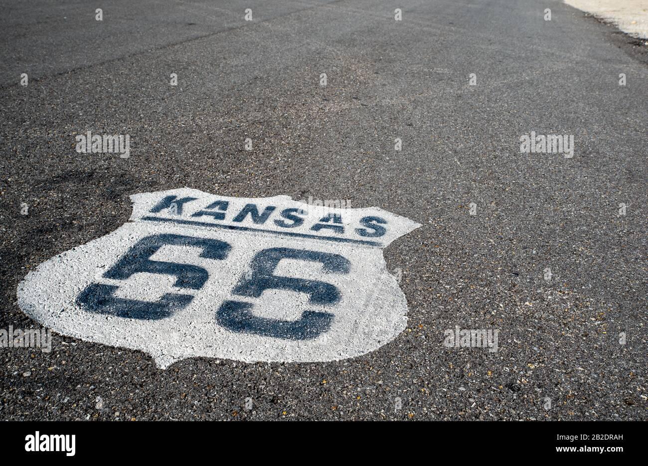 Route 66 Peinte sur la chaussée du Kansas. La route de la mère. La Rue Principale De L'Amérique. Banque D'Images