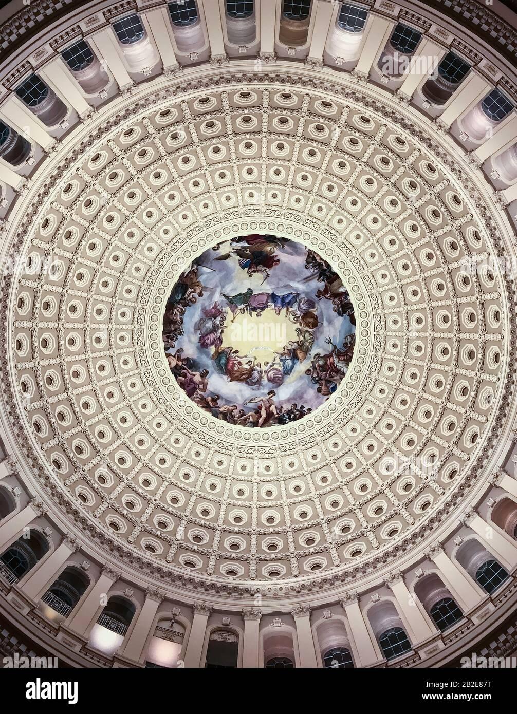 Vue sur l'intérieur du dôme du Capitole des États-Unis depuis le centre de la rotonde la nuit, couleur Banque D'Images