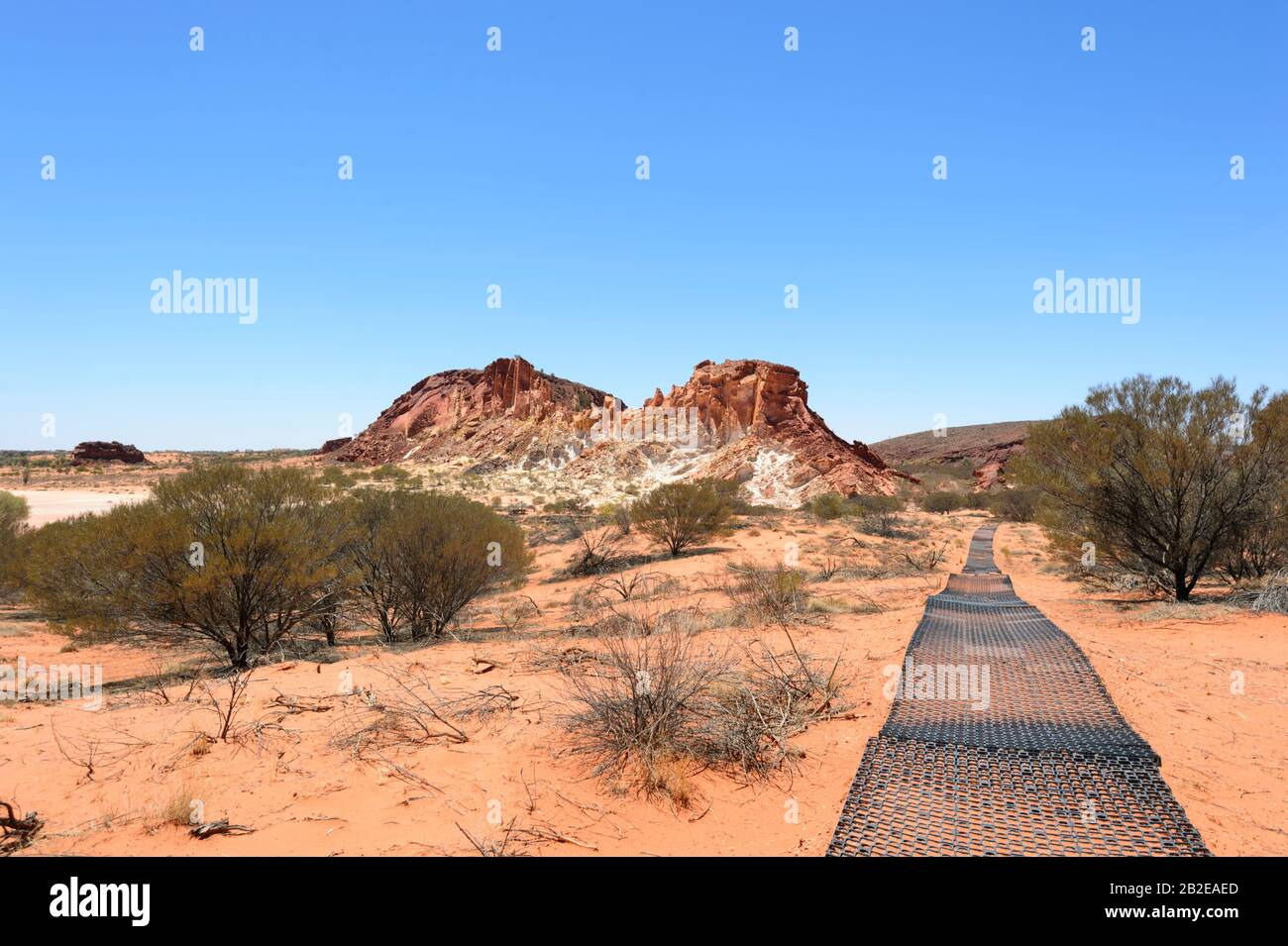 Sentier de randonnée protégé contre l'érosion par un tapis en plastique, réserve de conservation de Rainbow Valley, au sud d'Alice Springs, territoire du Nord, territoire du Nord, Australie Banque D'Images
