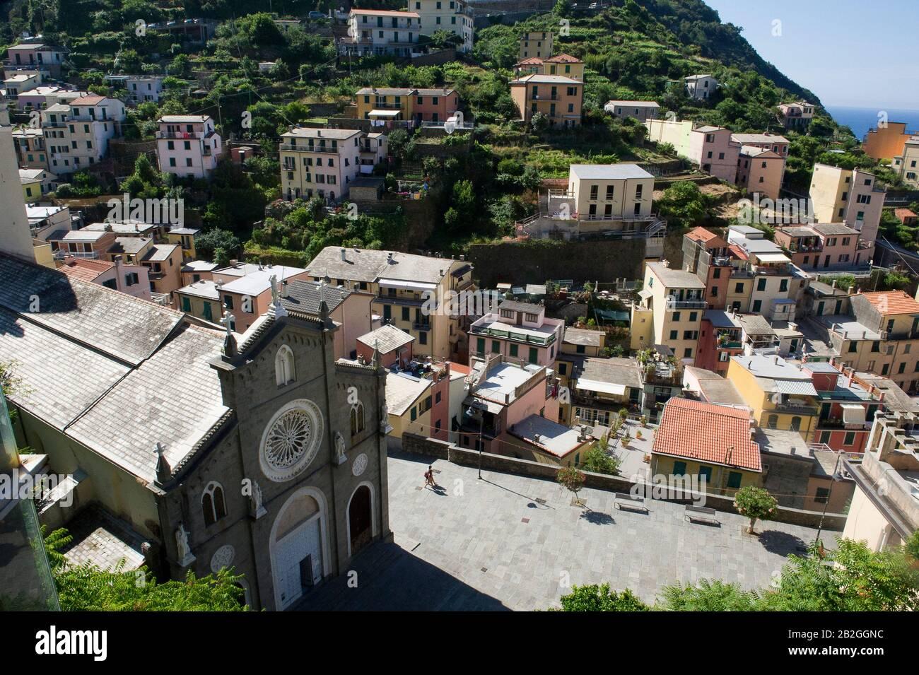 Riomaggiore donne sur la mer dans la province de la Spezia, se trouve dans le parc naturel des Cinque Terre en Ligurie, dans le nord-ouest de l'Italie. Il est inscrit sur la liste du patrimoine mondial de l'UNESCO Banque D'Images