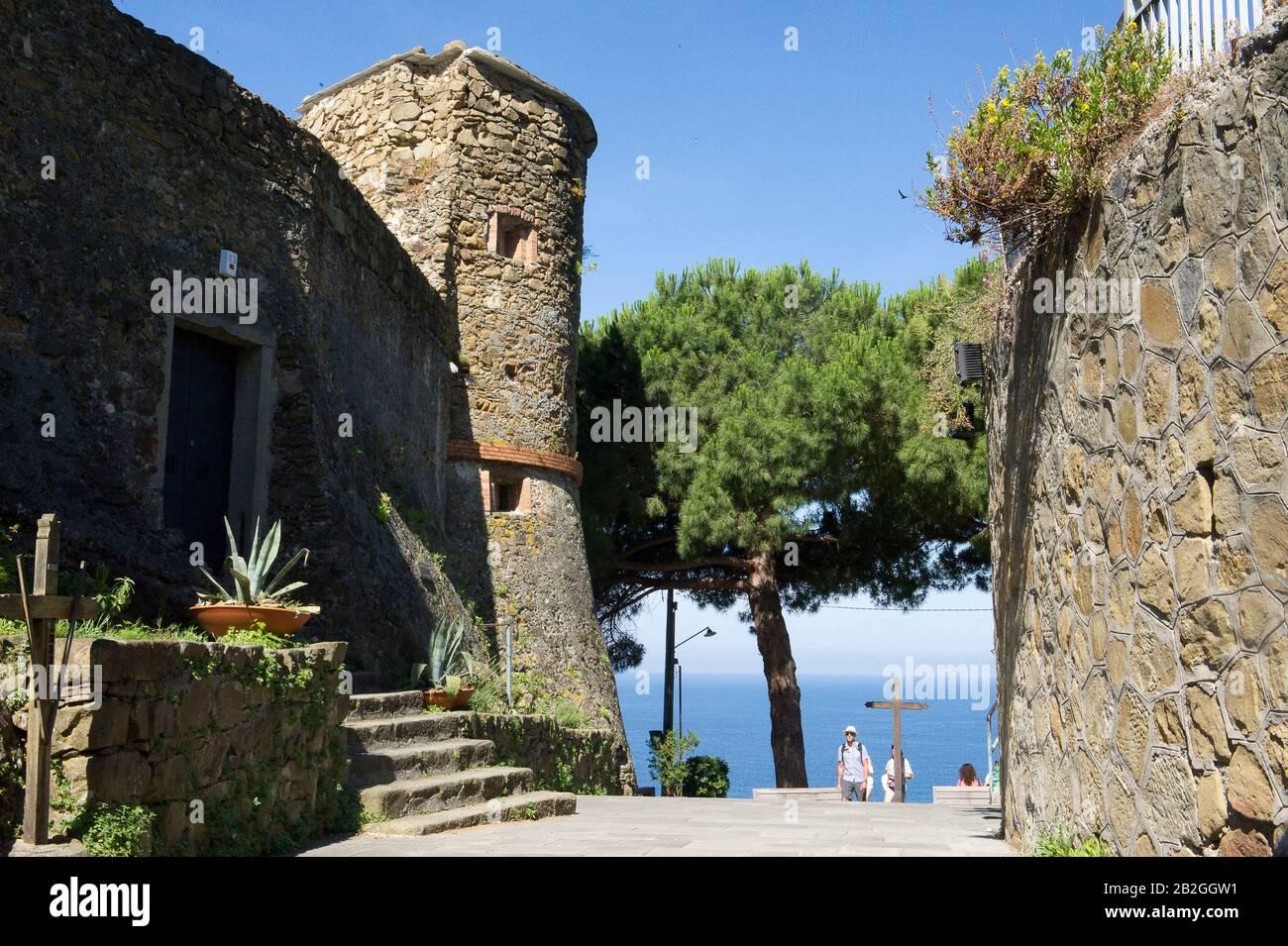 Riomaggiore donne sur la mer dans la province de la Spezia, se trouve dans le parc naturel des Cinque Terre en Ligurie, dans le nord-ouest de l'Italie. Il est inscrit sur la liste du patrimoine mondial de l'UNESCO. Tour d'observation de Saracen Banque D'Images