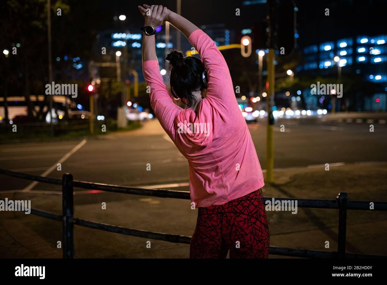 Femme vue arrière s'étirant avant de courir Banque D'Images