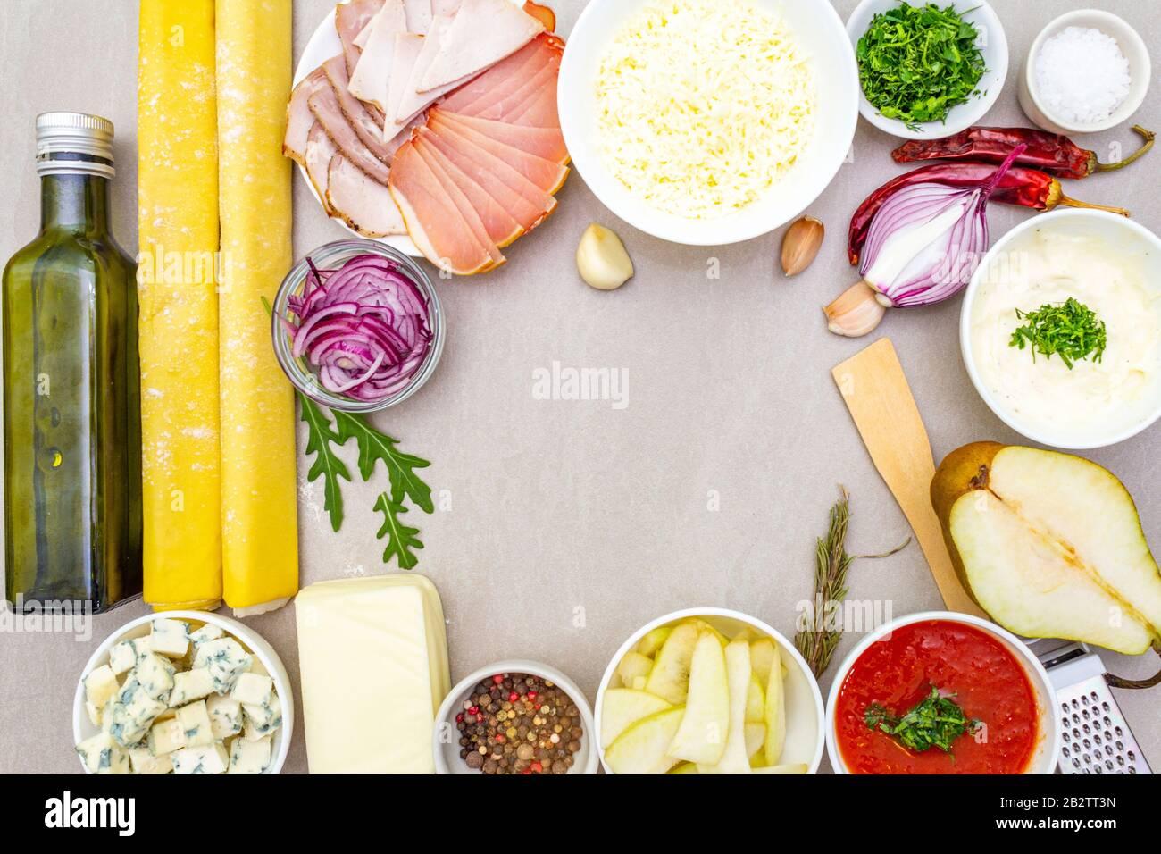 Concept de nourriture pour les enfants (enfants) et les œufs de poulet (lapins) de Pâques. Avec carotte sur plaque rosé (rose). Arrière-plan en bois, vue de dessus. Banque D'Images