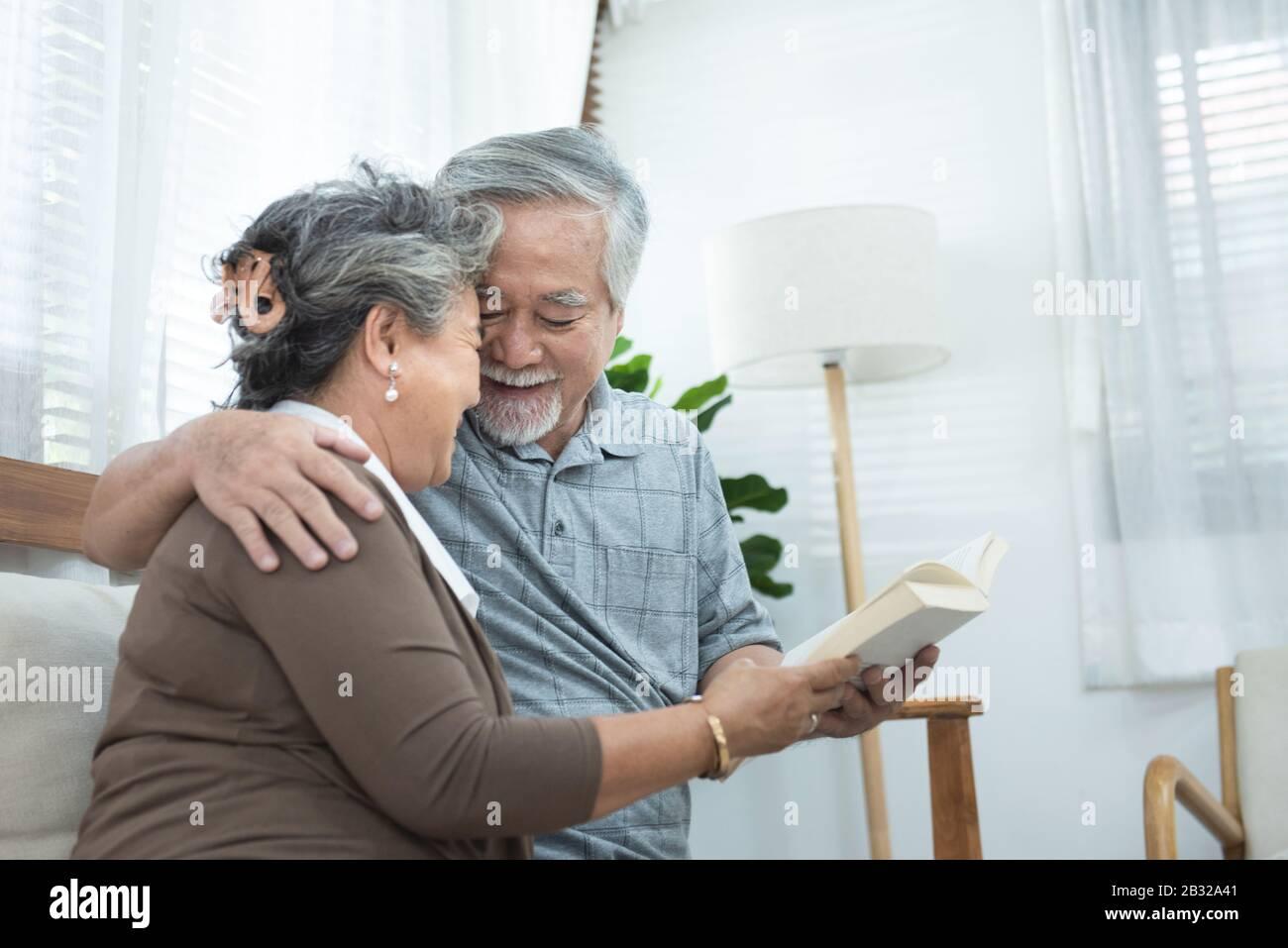 Un couple asiatique âgé âgé assis sur un canapé-lit ensemble à la maison.retraite grand-mère et grand-père passent du temps ensemble à la maison. Banque D'Images