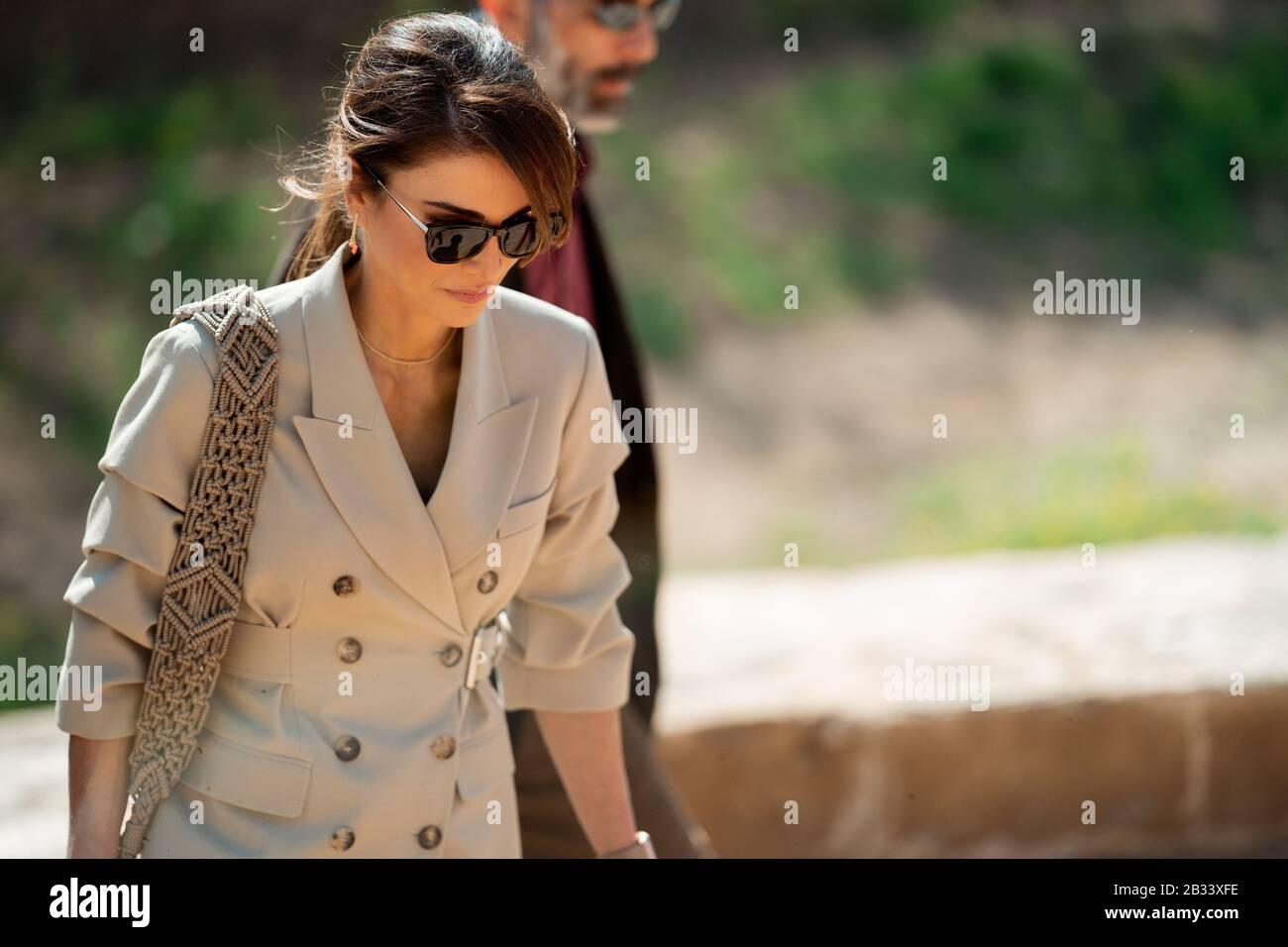 Reine Rania De Jordanie Lors D Une Visite Au Site Bapteme De Jesus Christ La Paix