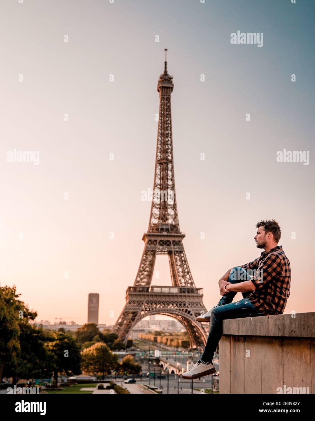 Jeunes hommes regardant la tour Eiffel à Paris. Guy touriste visitant Paris France par la tour eiffel Banque D'Images