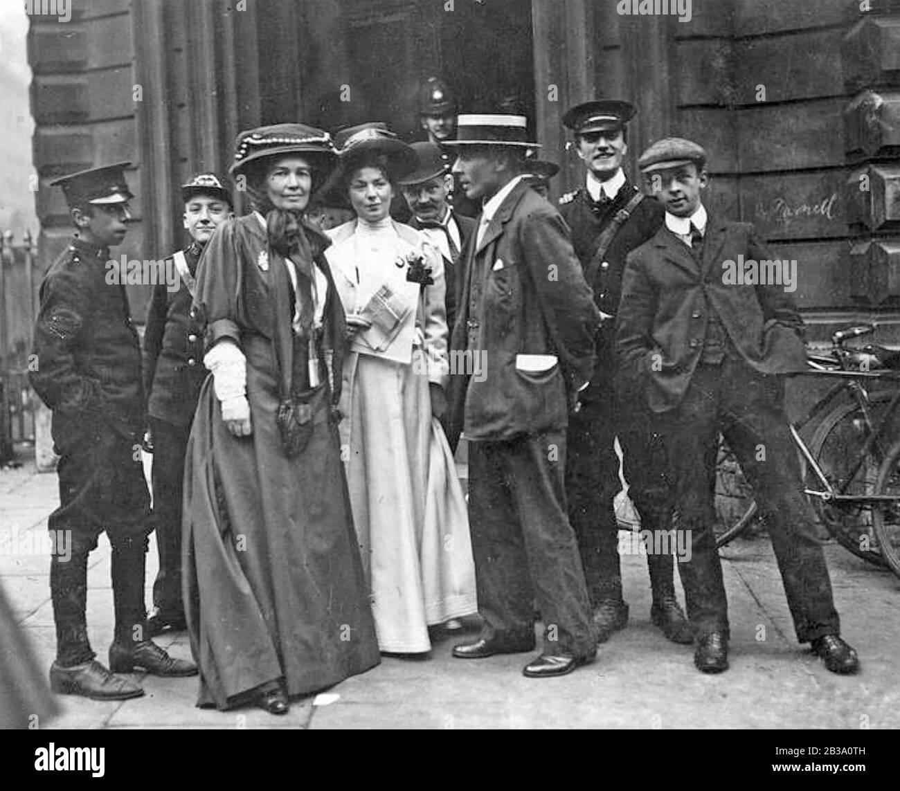 CHRISTABEL PANKHURST (1880-1958) en blanc avec l'Emmeline Pethick-Lawrence et son mari devant la Cour de justice de la rue Bow pendant le procès Rush, 14 octobre 1908. Elle a été condamnée l'année suivante. Banque D'Images