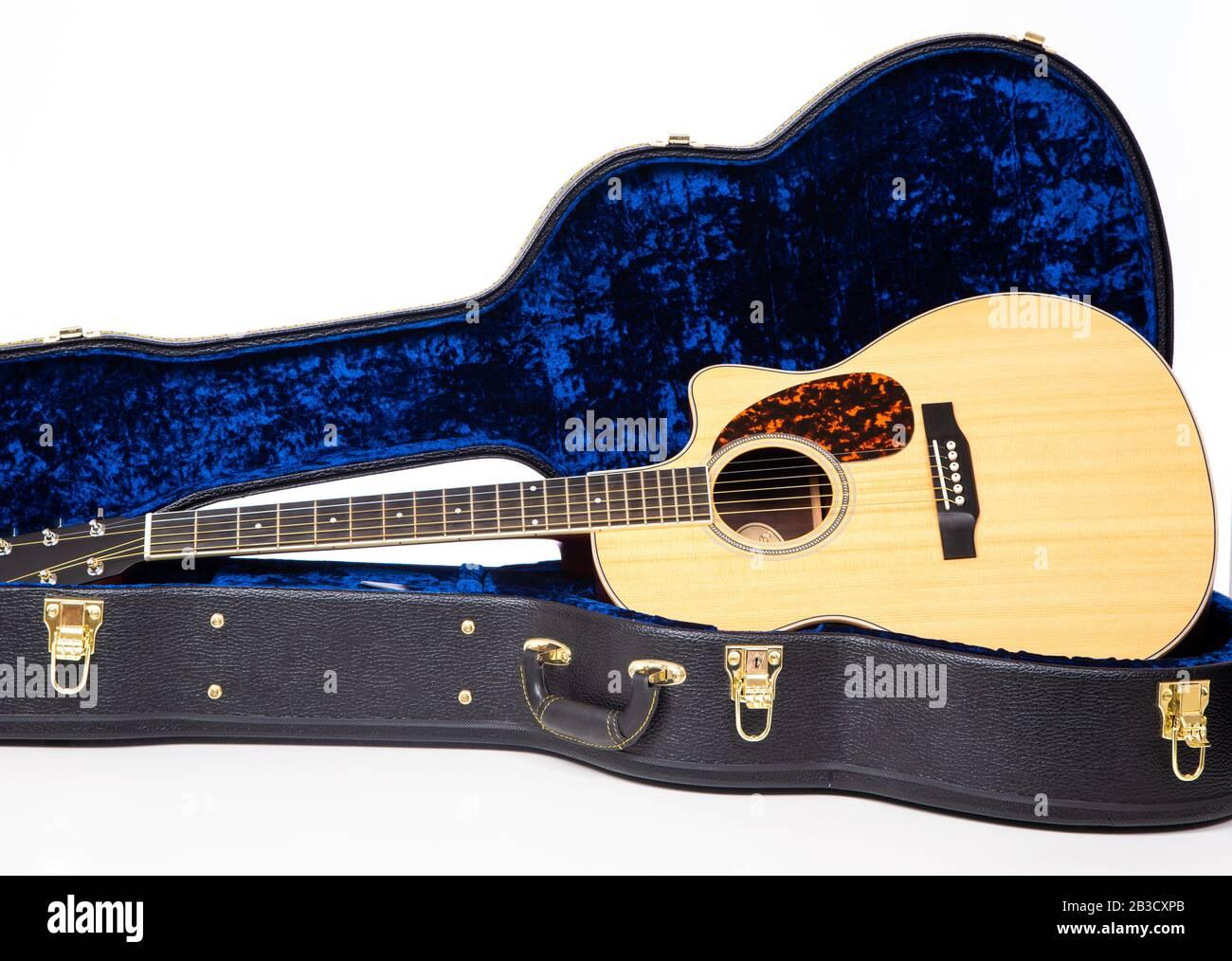 Une guitare acoustique en bois en cas de fond blanc Banque D'Images