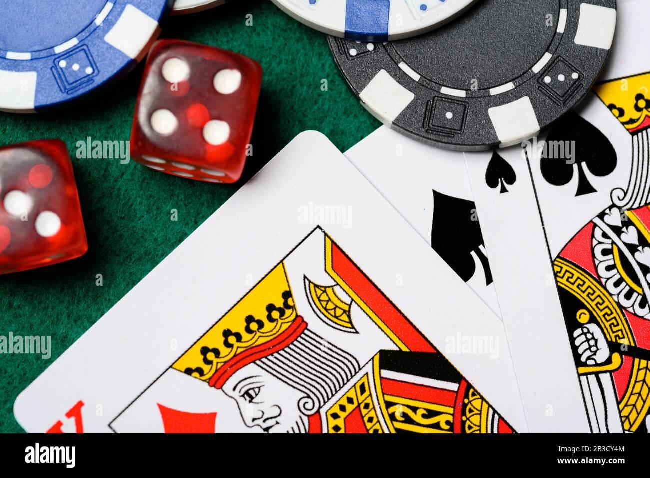 Jetons de poker, cartes de jeu et dés sur un backgrorund vert. Jeu Banque D'Images