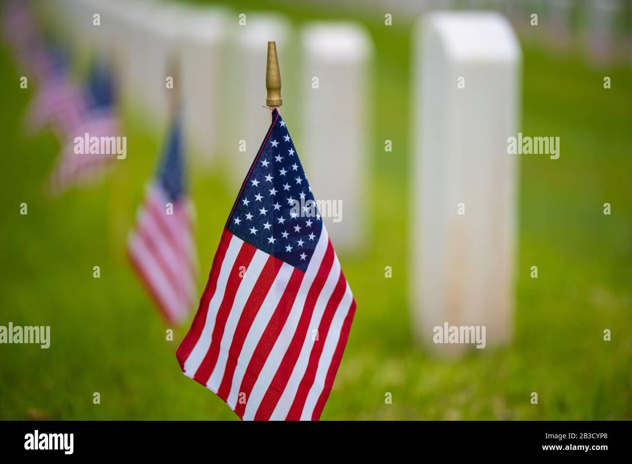 Un drapeau américain au cimetière en vacances Banque D'Images