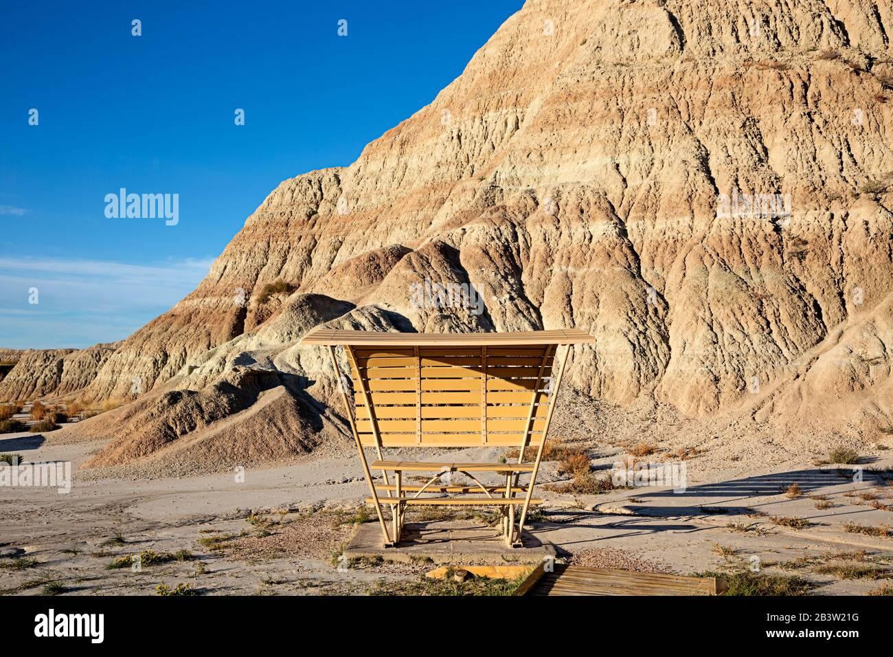 SD00277-00...DAKOTA DU SUD - table De pique-nique Couverte à la zone de pique-nique de Conata dans le parc national de Badlands. Banque D'Images