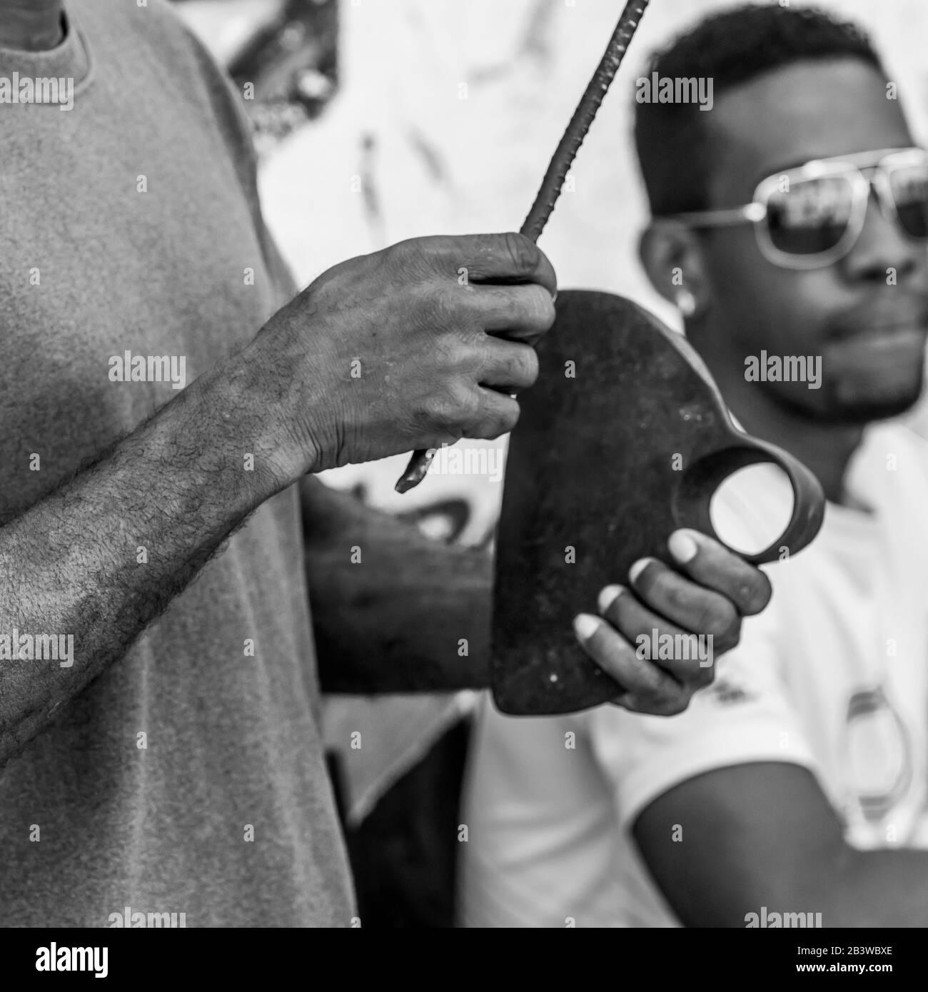 Gros plan d'un homme qui tient des pièces métalliques, la Havane, Cuba Banque D'Images