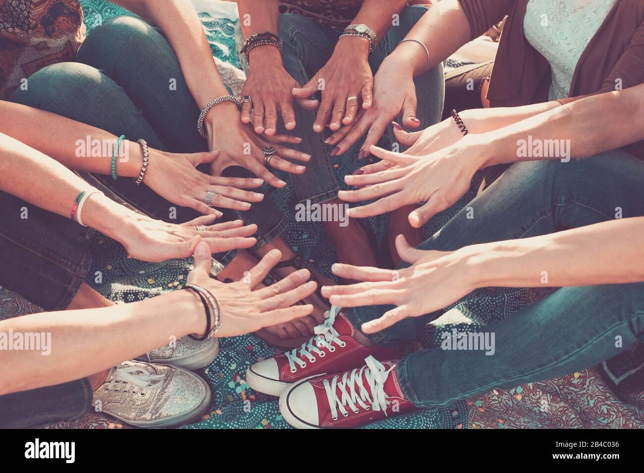 concept d'équipe et d'amitié avec une foule de mains et de pieds tous ensemble toucher et coopérer - caucasiens amis de personnes profitant de l'activité de loisirs en plein air - l'amour hippy Banque D'Images