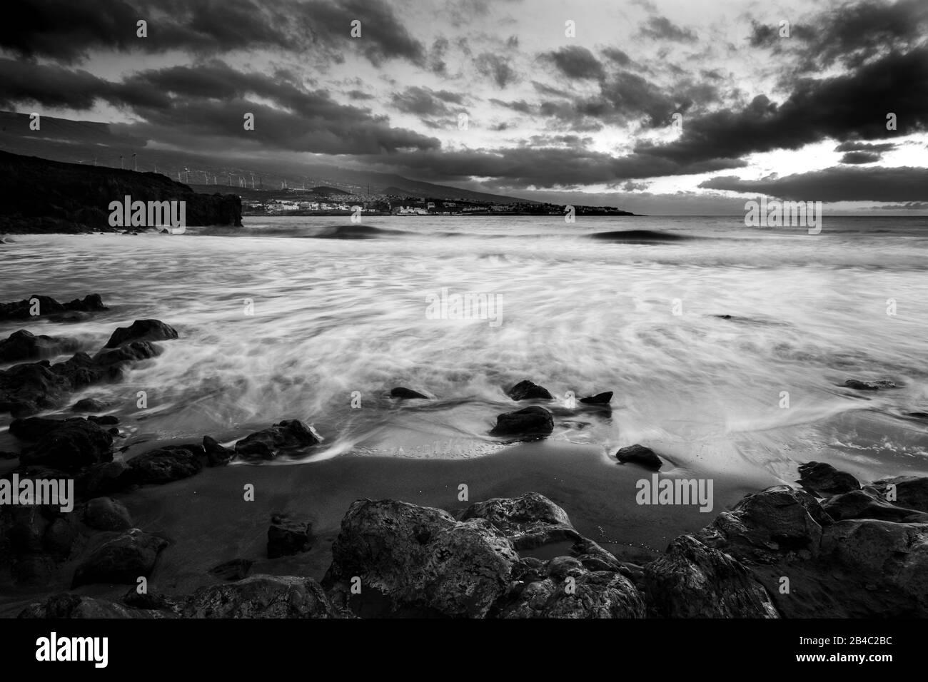 Coucher de soleil sauvage sur la plage en hiver. Paysage artistique avec soleil et eau de mer. Beau concept de voyage et d'aventure alternative vacances. Couleurs et arrière-plan avec de l'eau Banque D'Images
