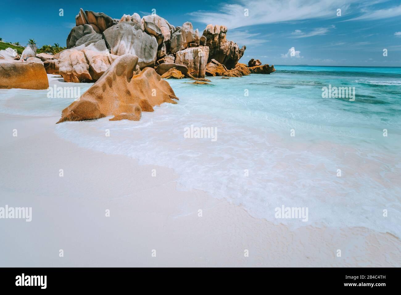 Blocs de rochers de granit sur la plage d'Anse Coco, Seychelles. Sable blanc, eau turquoise, ciel bleu. Concept de voyages vacances. Banque D'Images