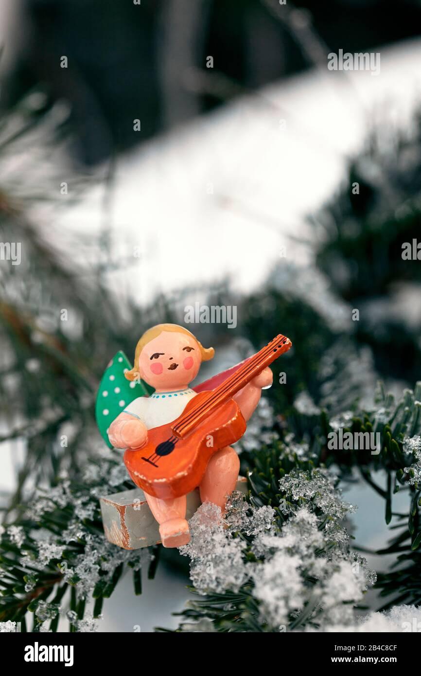 Paysage hivernal de Noël avec peu de couriel traditionnel ange en bois ornement dans la neige Banque D'Images