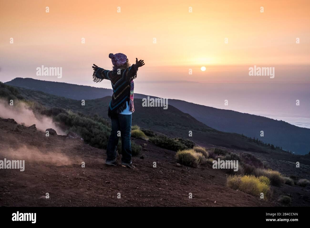 les gens qui profitent de la nature ouverte à la montagne pendant le coucher du soleil - une femme active dans les activités de loisirs en plein air avec des bras ouverts - liberté et style de vie alternatif concept de voyage Banque D'Images