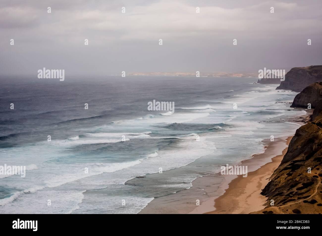 Vue panoramique sur les falaises de la côte ouest sauvage du Portugal Banque D'Images