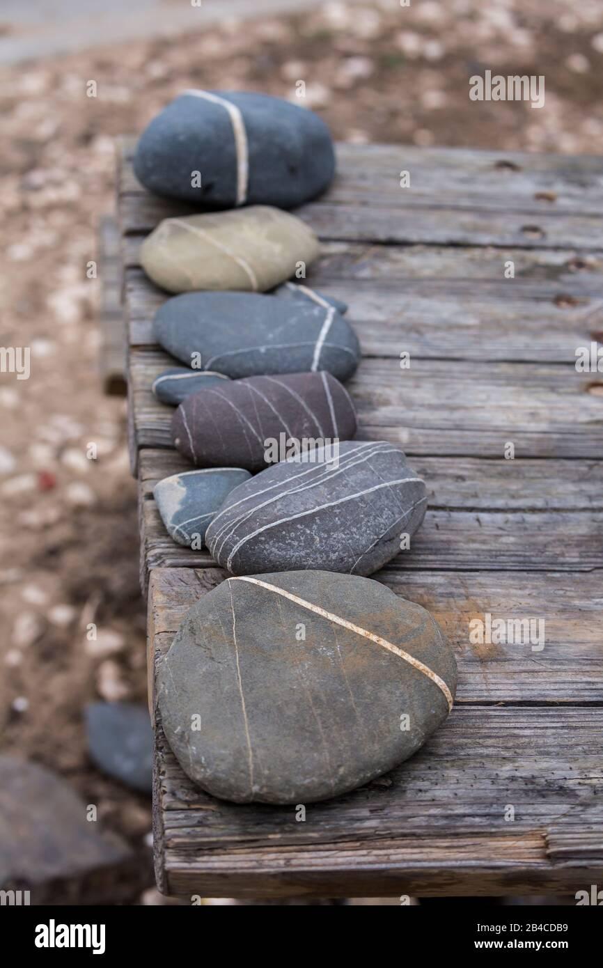 disposition de galets avec ligne blanche sur la vieille jetée en bois de la plage Banque D'Images