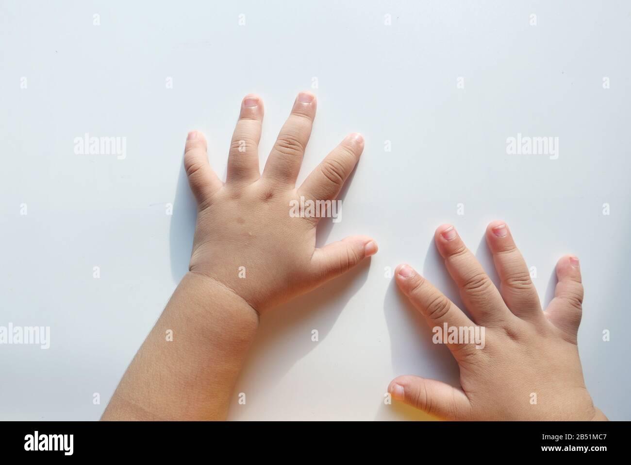Gros plan de la main de bébé enfant sur fond blanc Banque D'Images