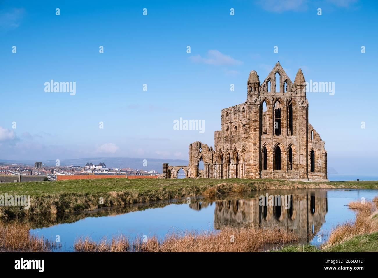 Abbaye de Whitby, les vestiges ruinés d'une abbaye bénédictine du VIIe siècle située sur la côte nord du Yorkshire, au Royaume-Uni, et un bâtiment Classé de première année. Banque D'Images
