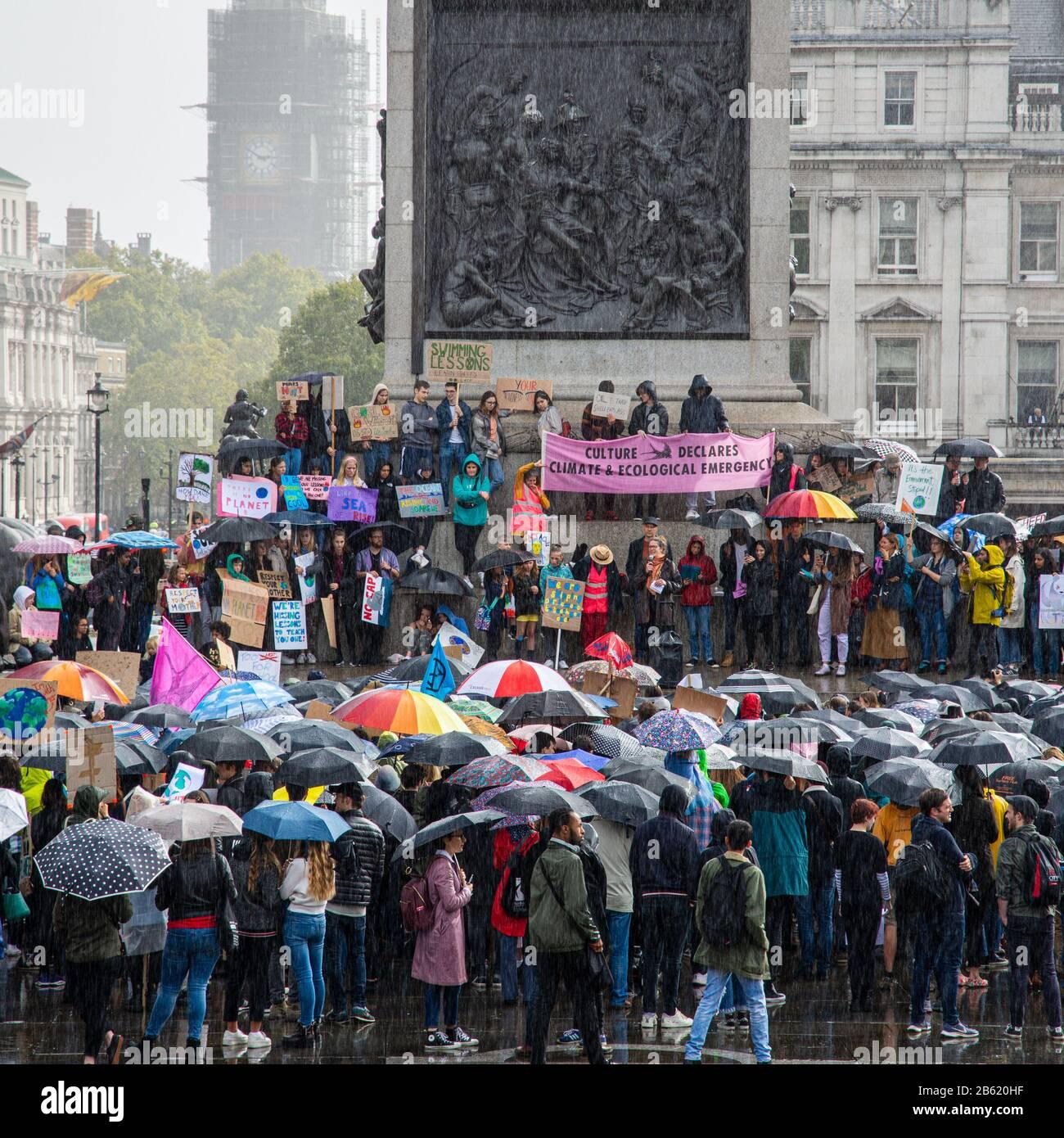 Londres, Angleterre, Royaume-Uni - 27 septembre 2019 : les manifestants se rassemblent dans le rail pour un vendredi Pour la Future manifestation sur le climat à Trafalgar Squar à Londres Banque D'Images