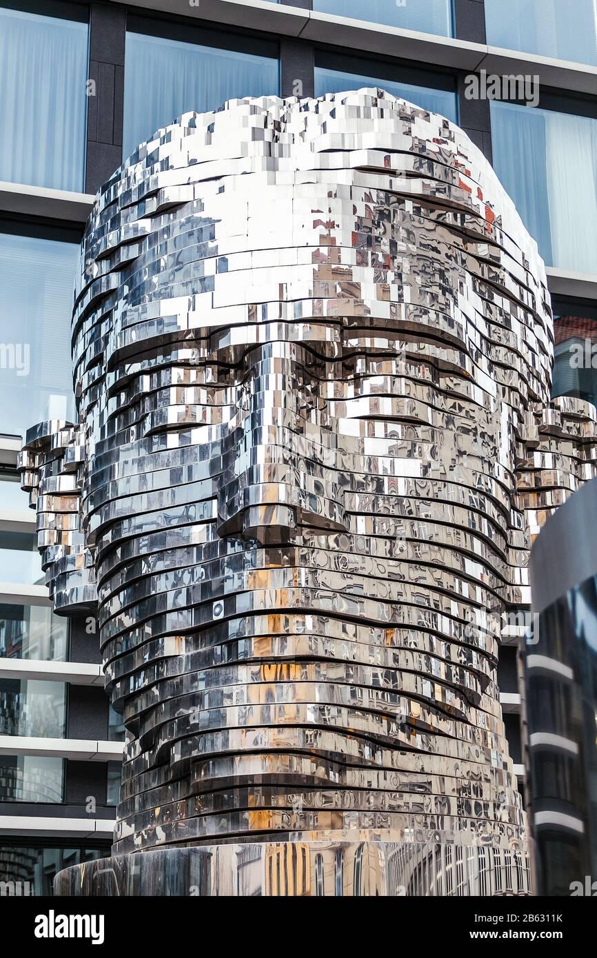 Prague, RÉPUBLIQUE TCHÈQUE - 18 MARS 2017: Installation d'art moderne de la tête en métal tournante de l'écrivain Franz Kafka Banque D'Images
