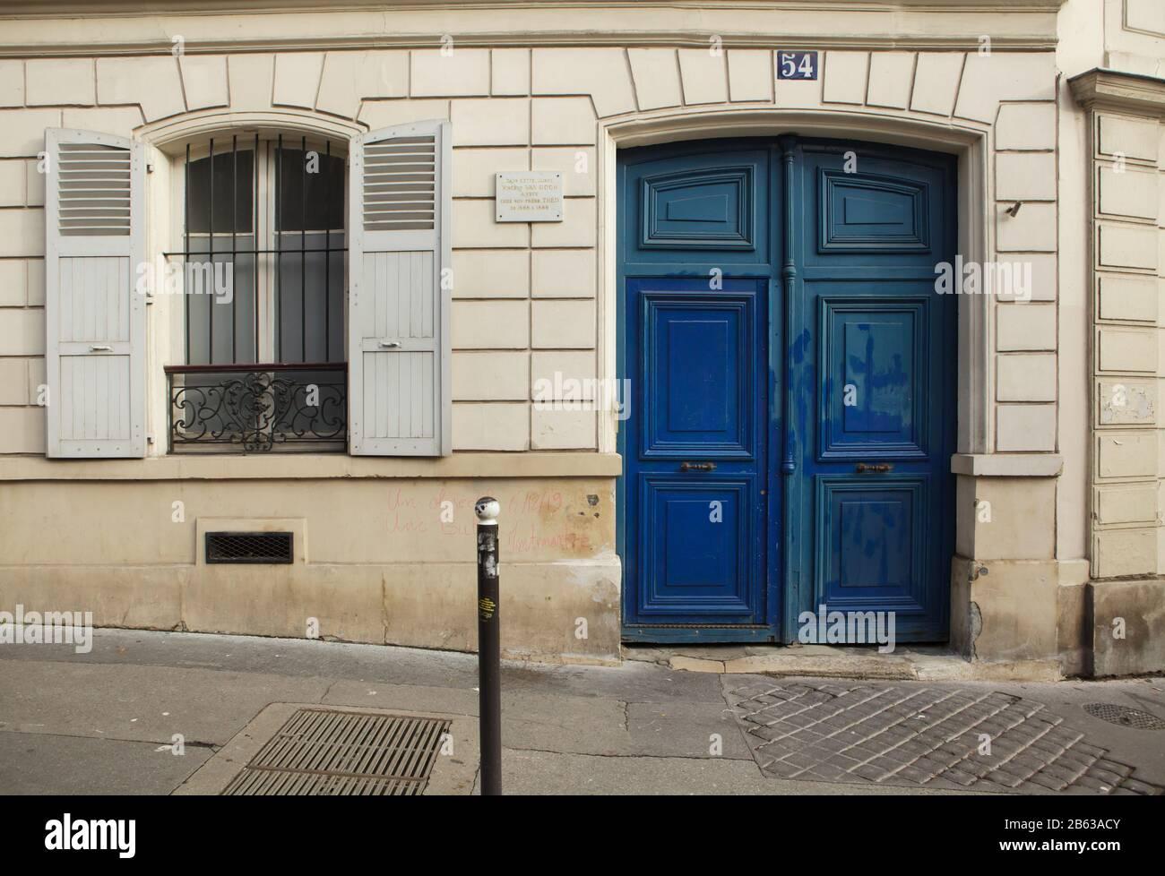 Maison où Vincent van Gogh a vécu avec son frère Théo van Gogh à la rue Lepic à Montmartre, France. Texte sur le comprimé commémoratif signifie: Dans cette maison Vincent van Gogh a vécu avec son frère Théo de 1886 à 1888. Vincent van Gogh a vécu ici de juin 1886 à février 1888. Banque D'Images