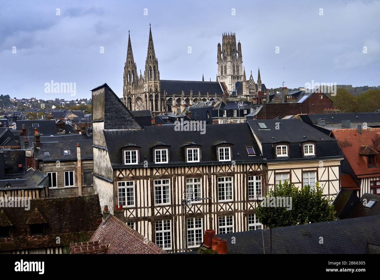 La cathédrale de Rouen, connue sous le nom de notre-Dame de l'Assomption de Rouen, est une église catholique romaine , la magnifique cathédrale gothique de Rouen a la plus haute flèche d'église de France et une richesse d'art, d'histoire et de queues de architecture Banque D'Images
