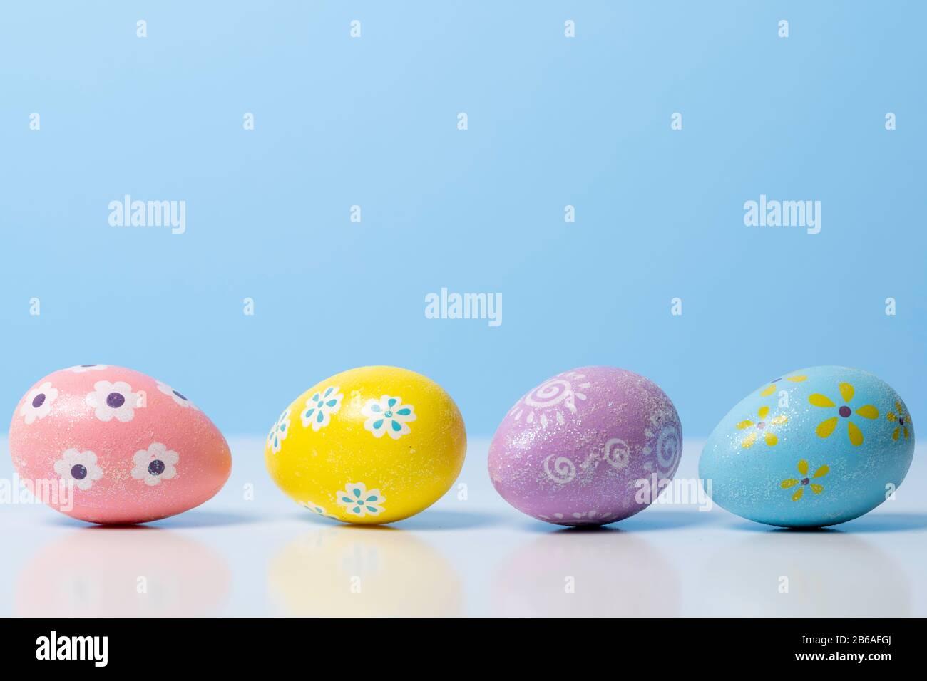 Les oeufs de Pâques peints sur un fond coloré Banque D'Images