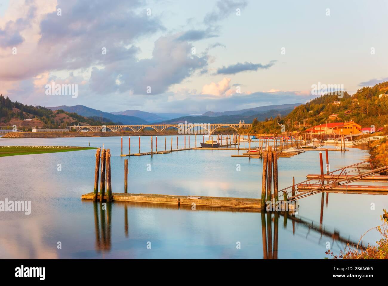 Marina et Bridge à Gold Beach, Oregon, États-Unis autour du coucher du soleil Banque D'Images