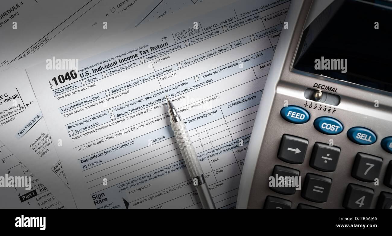 Formulaires d'impôt des États-Unis avec calculatrice Banque D'Images