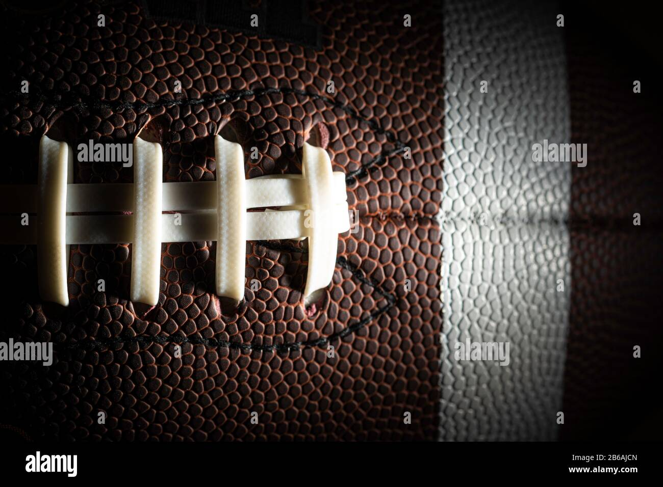 Gros plan sur un football américain sur fond noir Banque D'Images