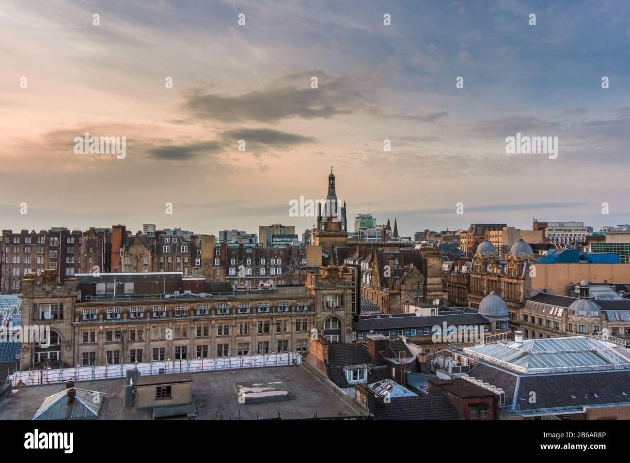 Une vue sur le toit donnant sur les bâtiments et l'architecture du centre-ville de Glasgow au coucher du soleil, en Écosse Banque D'Images