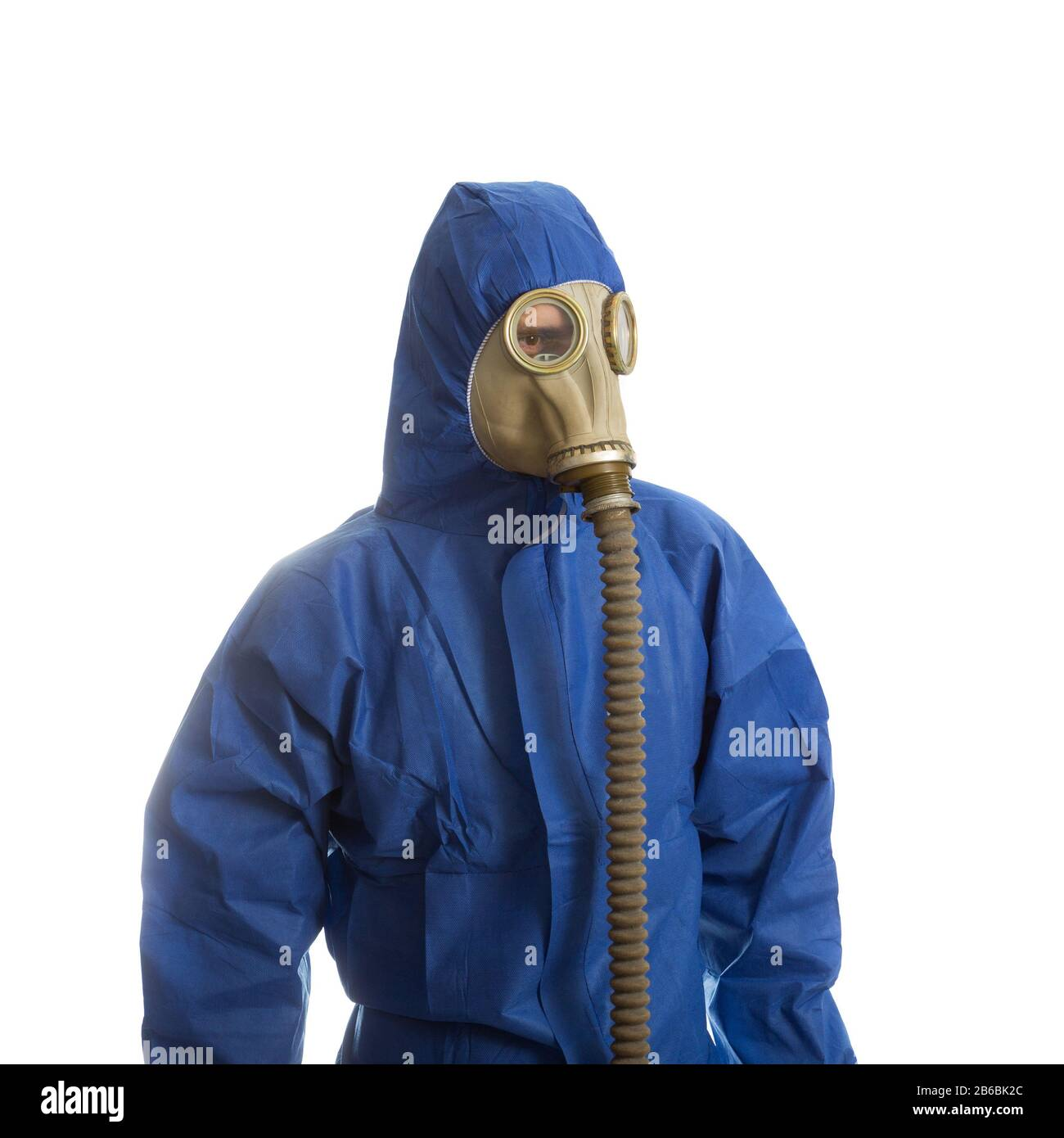 Hommes en costume de protection avec masque à gaz isolé sur blanc Banque D'Images