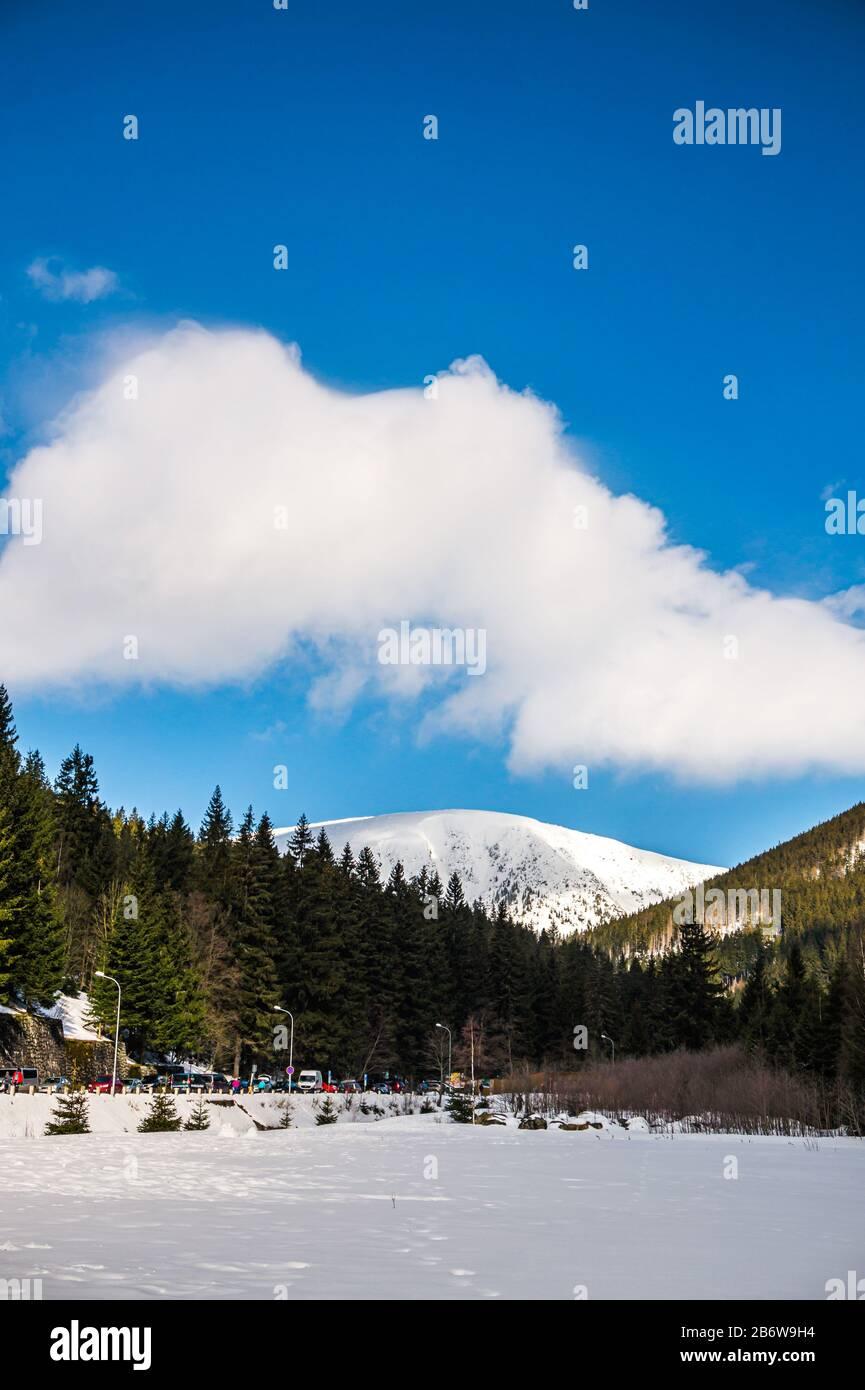 Vue sur un sentier de randonnée qui mène à un sommet de la montagne Snezka, la plus haute montagne tchèque en hiver. Situé sur une frontière avec la Pologne. Hiver Banque D'Images