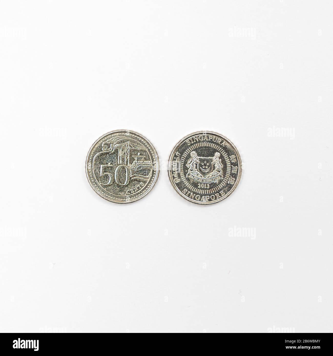 Quelques pièces en dollars singapouriens sur une surface blanche Banque D'Images