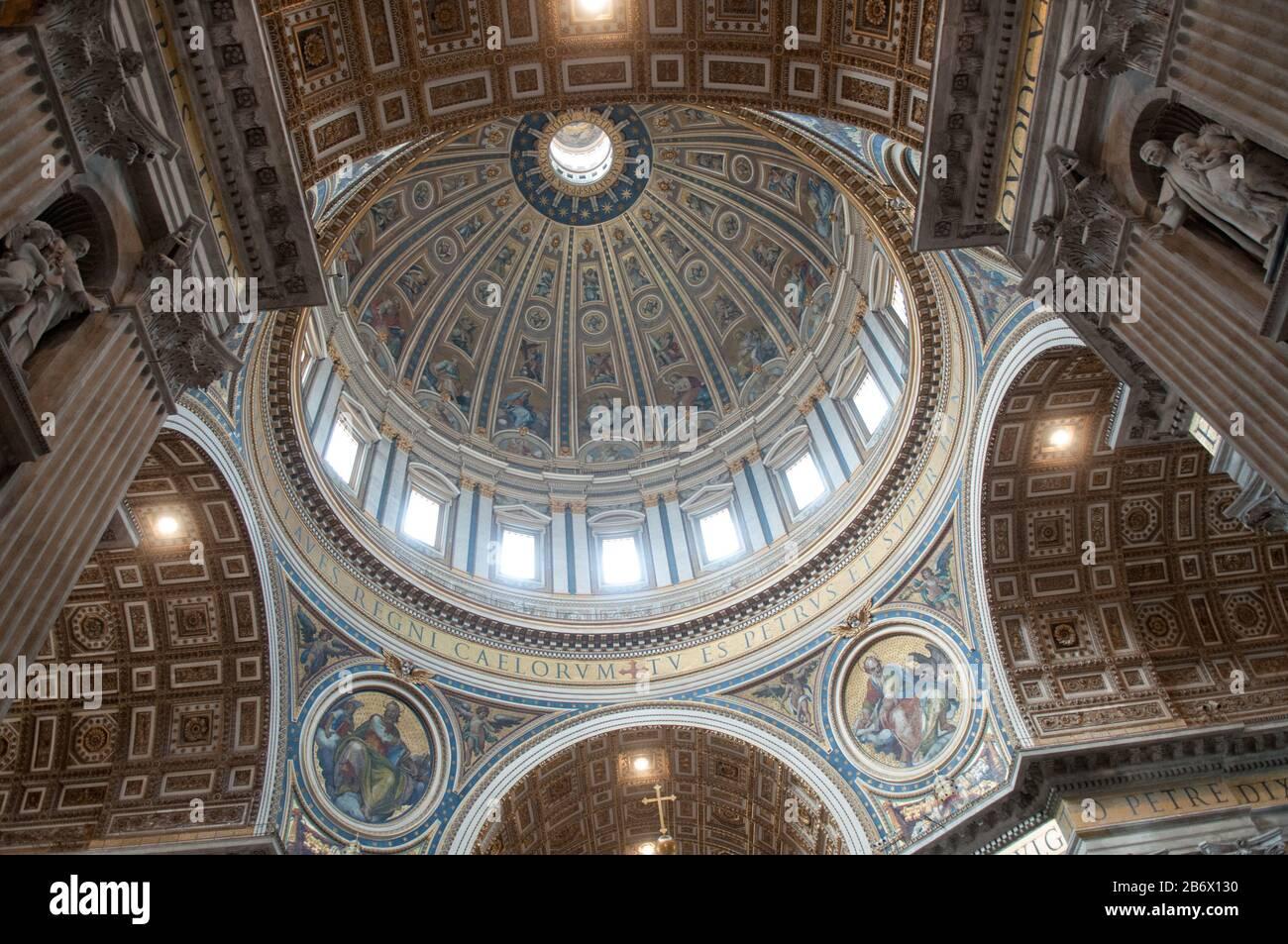 C'est une vue intérieure de la basilique Saint-Pierre de Rome (Vatican). Saint-Pierre est célèbre comme lieu de pèlerinage. Banque D'Images