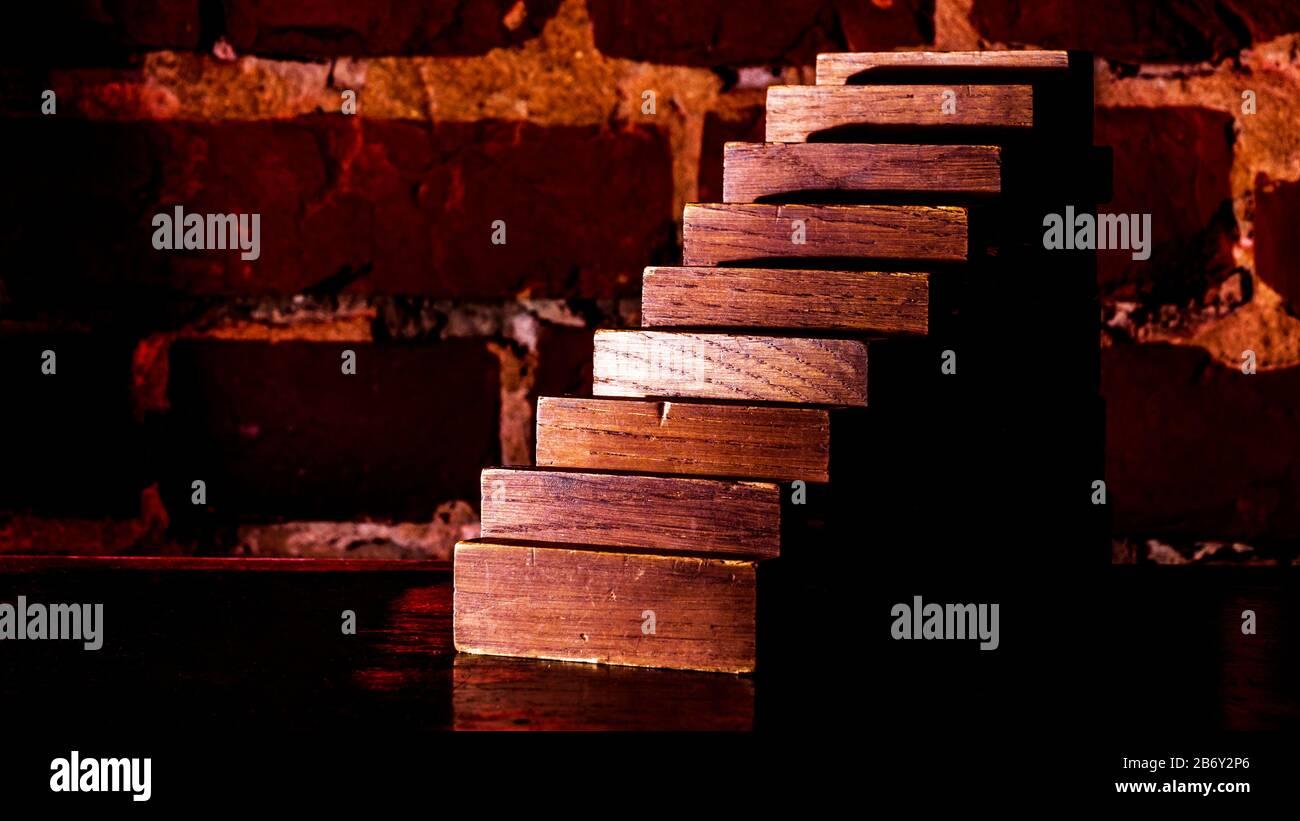 Concept de risque commercial avec planche en bois sur le fond d'un mur de briques rouges. Banque D'Images