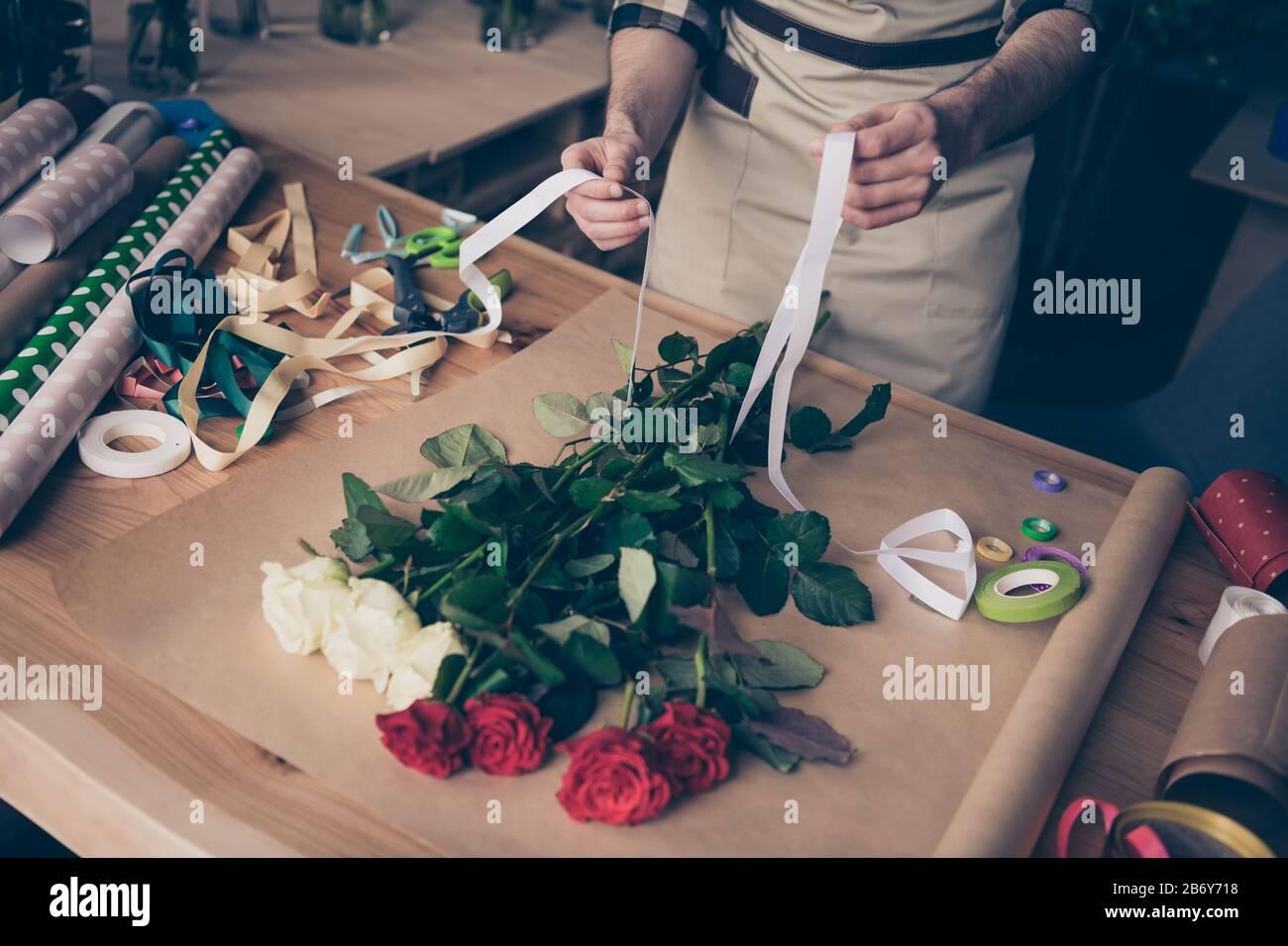 Haut haute angle vue rognée photo de homme gars tenir main prendre le ruban blanc faire assistant surprise serre fleuristry botanique à carreaux chemise Banque D'Images