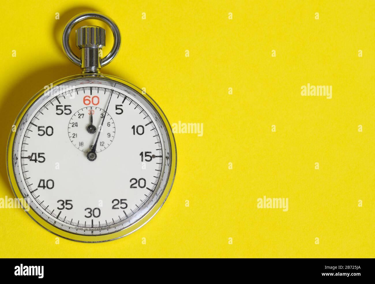 Chronomètre classique sur fond jaune Banque D'Images