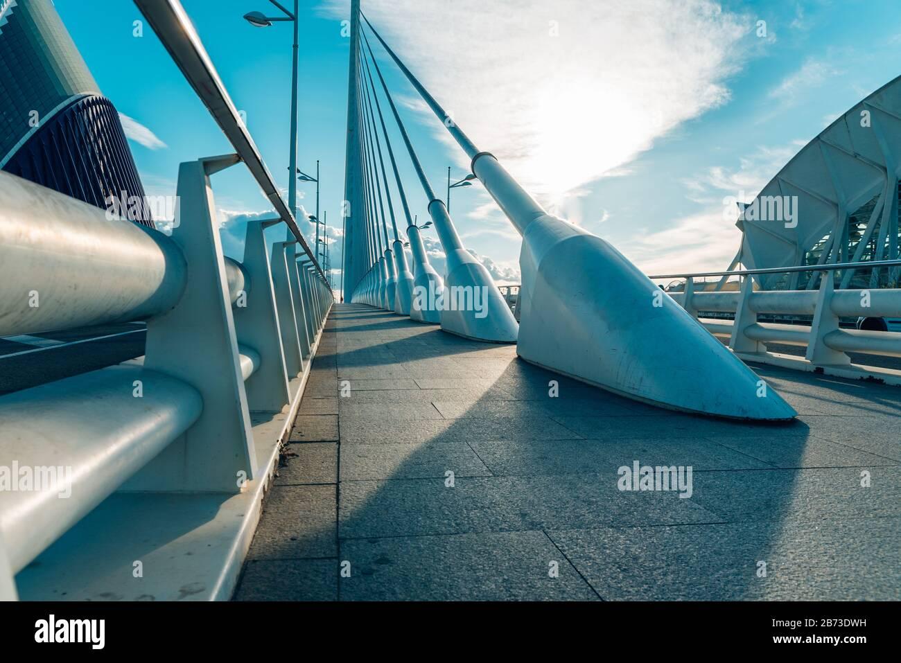 Valencia, Espagne - 5 mars 2020: Détail du pont le plus haut à passage par câble à Valence, construit en acier et à travers lequel voitures, piétons et vélos Banque D'Images