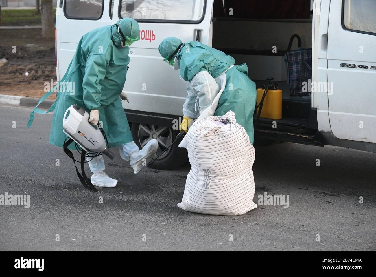 Minsk, Biélorussie. 13 mars 2020. Minsk, BIÉLORUSSIE - 13 MARS 2020: Les travailleurs médicaux en costume de protection à l'extérieur du dortoir no 3 de l'Université d'État biélorusse; un étudiant qui s'est rendu en Italie, et ces 91 personnes en contact avec lui, ont été mis en quarantaine. Mikhaïl Semyonov/TASS crédit: ITAR-TASS News Agency/Alay Live News Banque D'Images