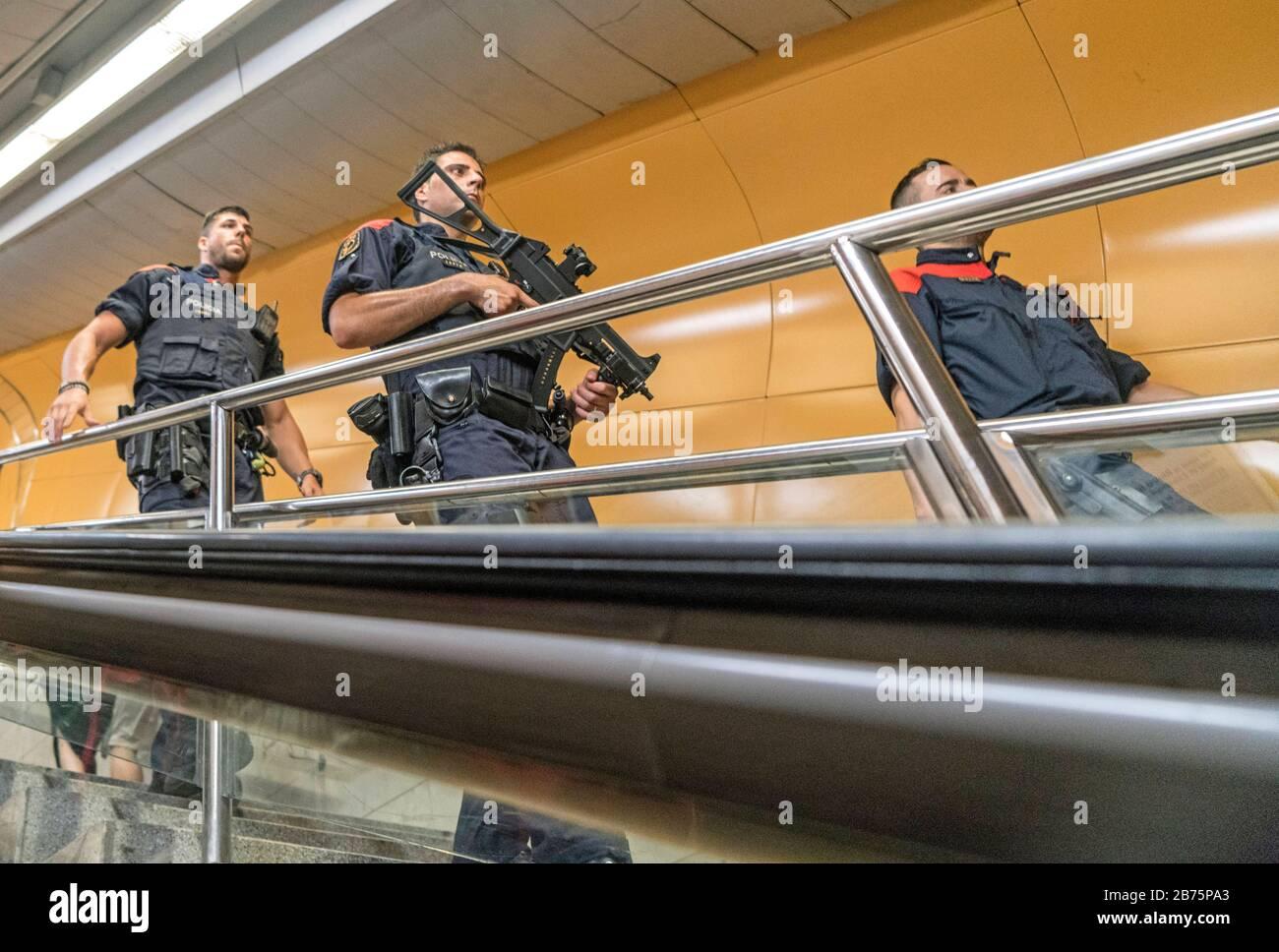 Espagne, Barcelone, 03.08.2017. La police catalane (Mossos d'Escuadra) dans le métro à Barcelone, Espagne le 03.08.2017 [traduction automatique] Banque D'Images