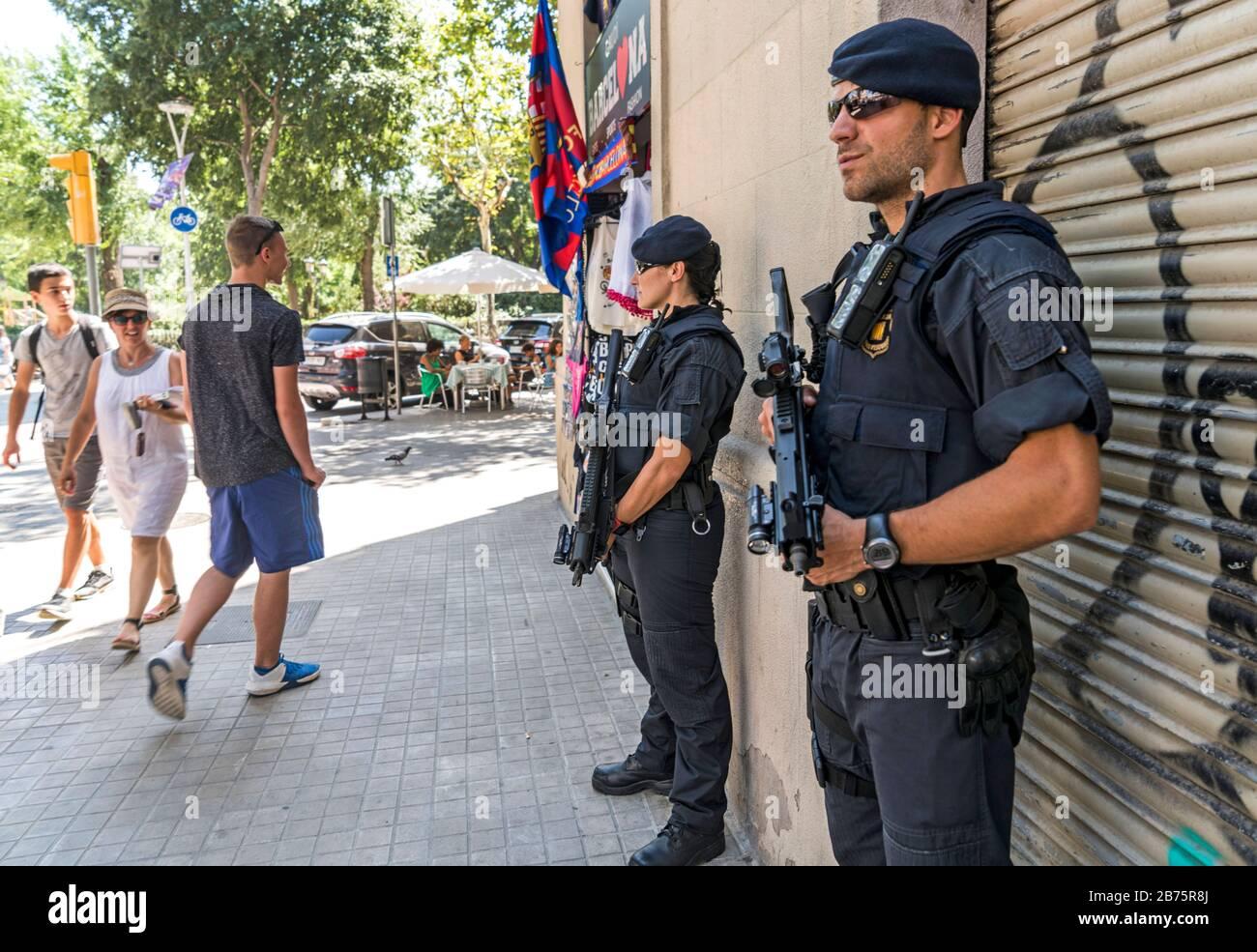 Espagne, Barcelone, 04.08.2017. La police catalane (Mossos d'Escuadra) sur une route près de la Sagrada Familia à Barcelone, Espagne, le 04.08.2017. [traduction automatique] Banque D'Images