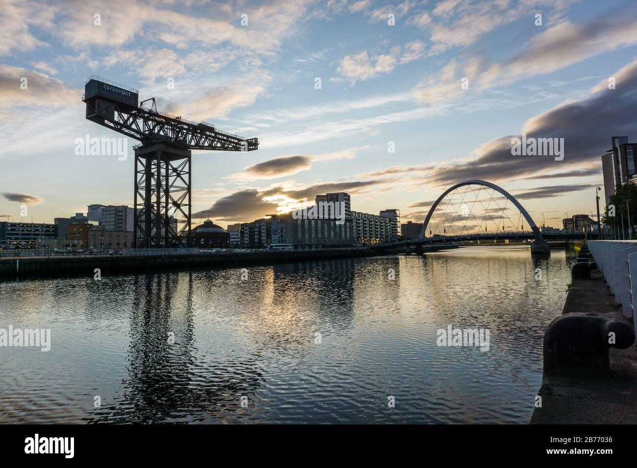 Vue prise à l'aube en regardant vers l'est le long de la Clyde à Glasgow, prise du Pont de Bell et montrant le Finnieston ou Stobcross Crane. Banque D'Images