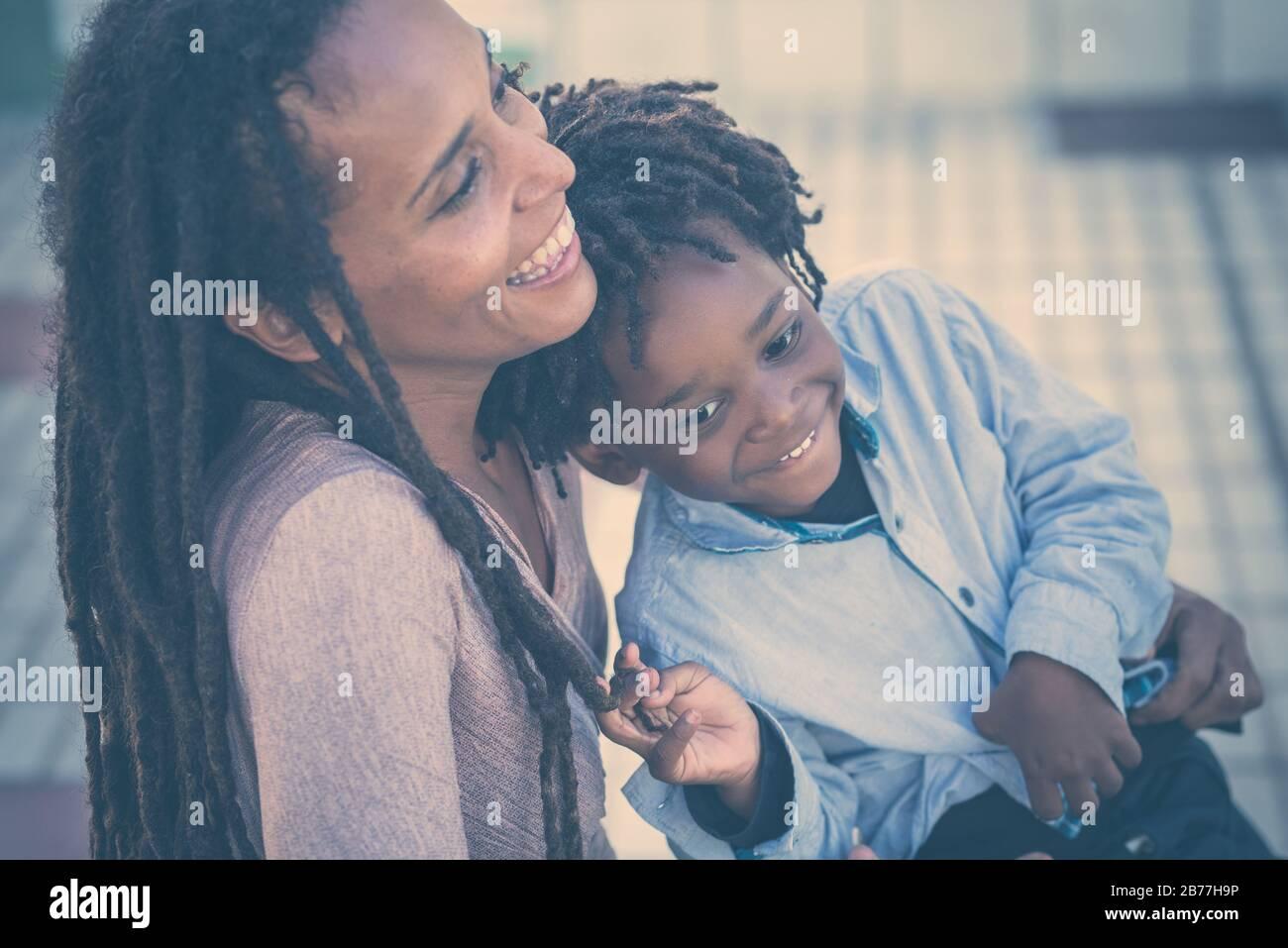 Famille heureux et amusant ensemble - mère et fils race noire africaine les gens s'amusent dans le parc - amour pour la mère et le jeune fils - readlocks ha Banque D'Images